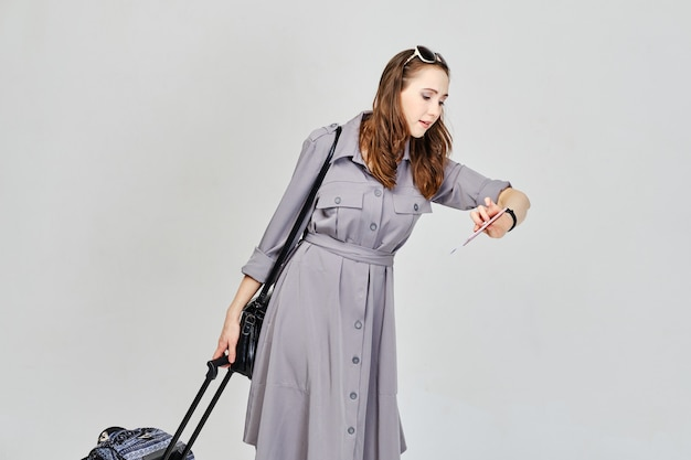 女の子は飛行機に遅れて荷物を持って行きます。