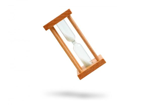 白い背景の上の砂時計。分離されました。