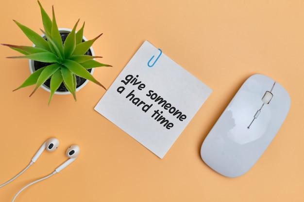Подарите кому-нибудь трудное время - английская идиома, надпись на деревянных блоках