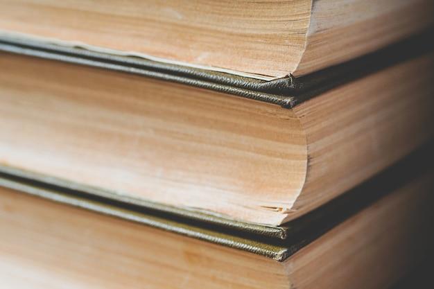 古い本とトーンの写真のクローズアップ