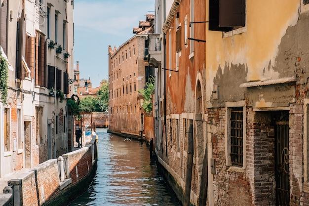 Вид на венецианский канал летом.
