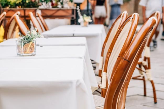 街の通りにある夏のカフェレストランのテーブル。
