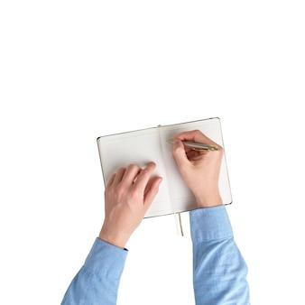 Мужские руки в рубашке делают заметки в дневнике сверху и белом фоне изолированных