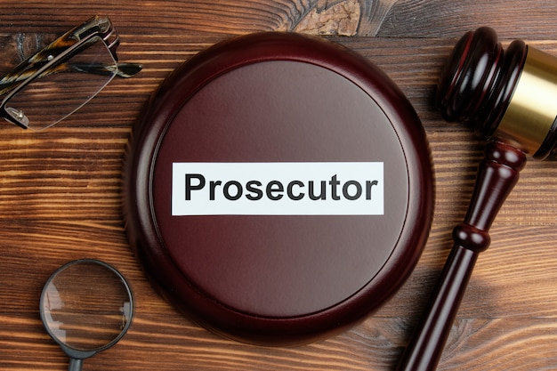裁判官ハンマーの横にある検察官の概念。