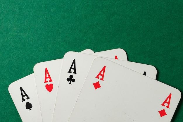 Четыре туза на зеленом фоне. вид сверху.