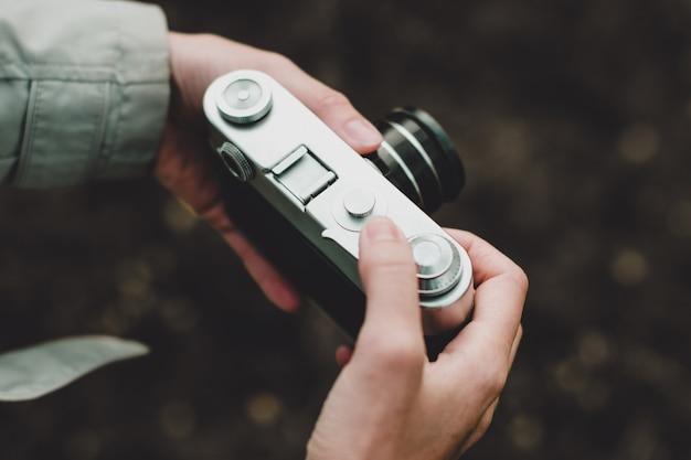 レトロな写真カメラを保持している女性の手とシャープネスの調整