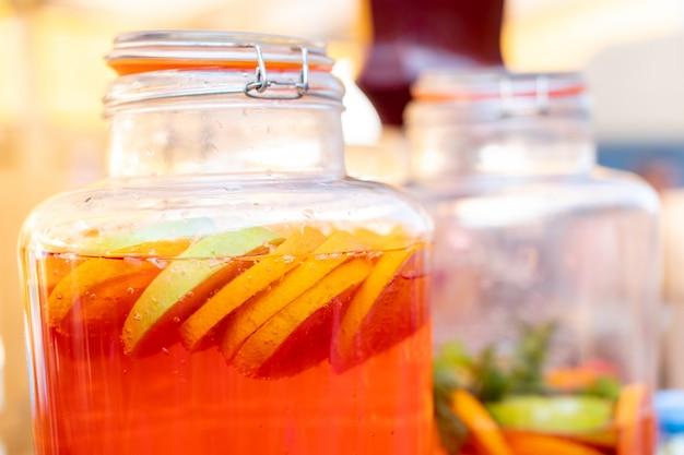 Натуральный сок из свежих фруктов. выпить в баре в стеклянной банке на улице.