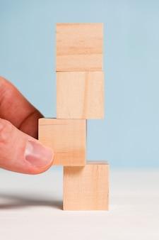 青色の背景に木製のキューブ。変更と新しい計画の概念。閉じる。