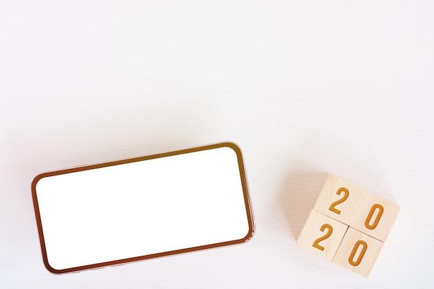 Макет смартфона, кубики с цифрами новый год