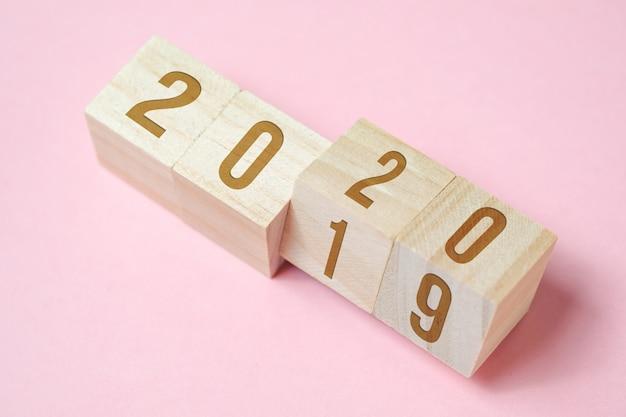 ピンクの背景の木製キューブの番号。