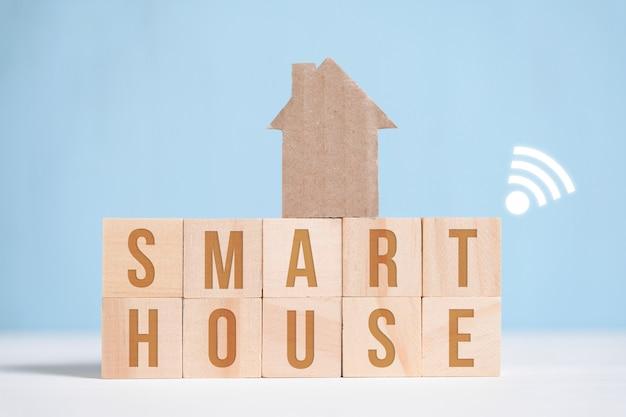 Абстрактный картонный дом на деревянные буквы с надписями.