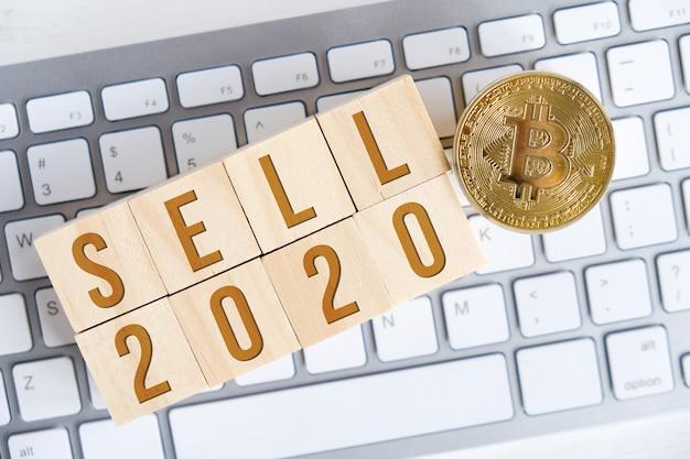 白いキーボード上の木製キューブの数字とビットコイン