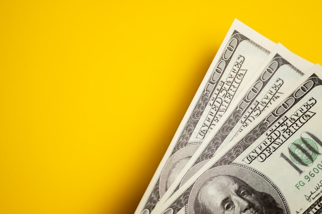 ドル現金、黄色のテーブル上の紙幣
