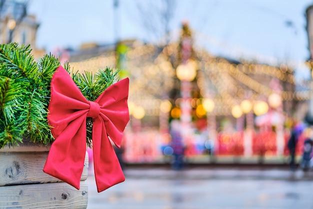 ライトとフレーム付きの美しいクリスマスツリーに対してツリーの緑の枝の赤。