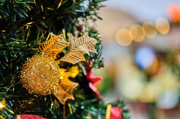 木の枝に黄色のボールの形でクリスマスの装飾。