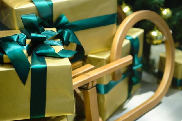 緑の色調の美しいクリスマスギフトボックスの装飾。