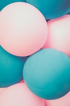 風船は明るいターコイズとピンク。バックグラウンド。閉じる。