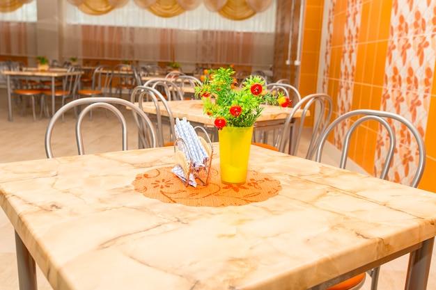 学校の食堂の空の新しいテーブル