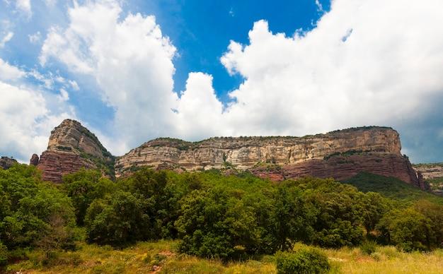 Красивые скалы вокруг деревни виланова-де-сау, каталония, испания