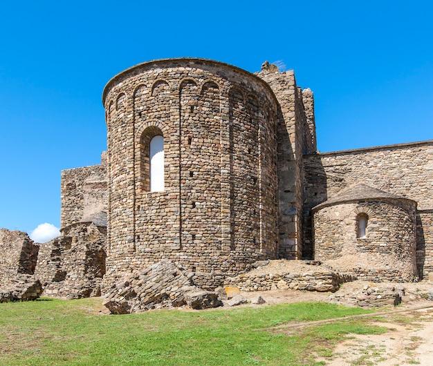Средневековая крепость в розах, каталония, северная испания