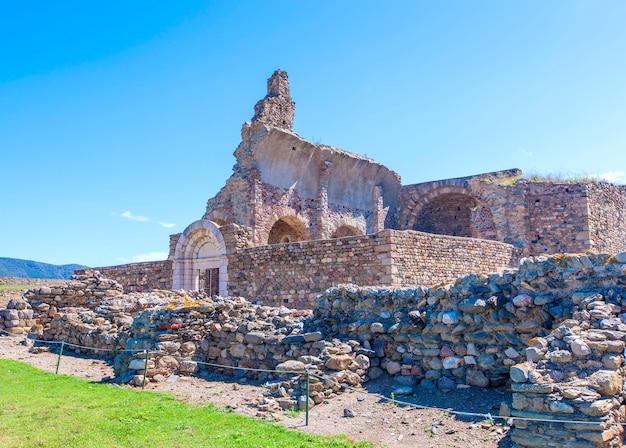 Вид средневековой крепости в розах, каталония, северная испания