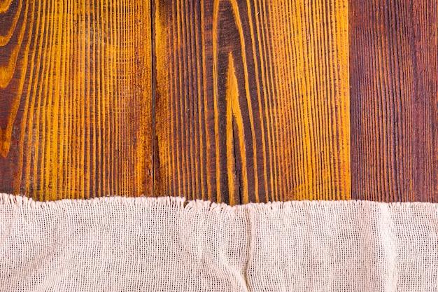 Текстура мешковины на фоне деревянный стол.