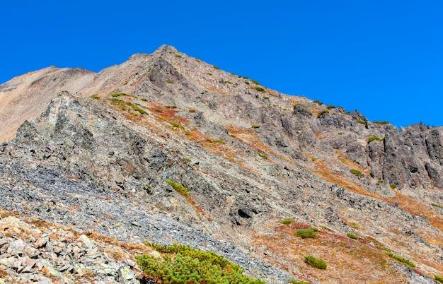 Горный скалистый склон вулкана.