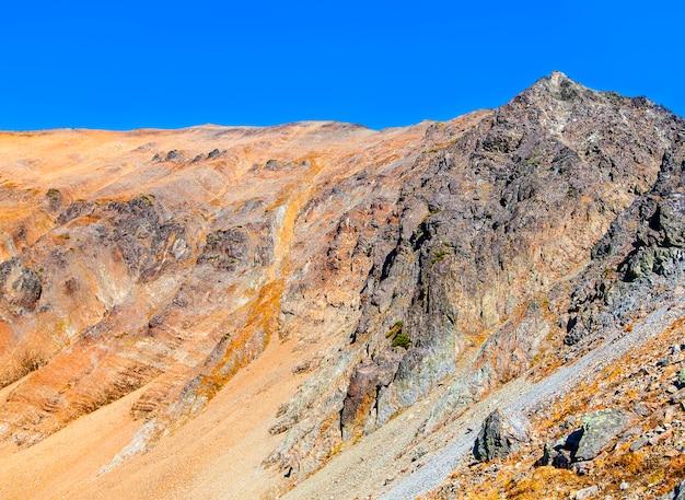 Скалистый склон вулкана вачкажец осенью.