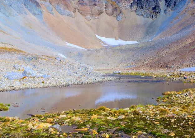 Камни на траве на вулкане.