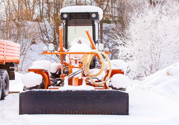 雪の寒い冬のトラクター