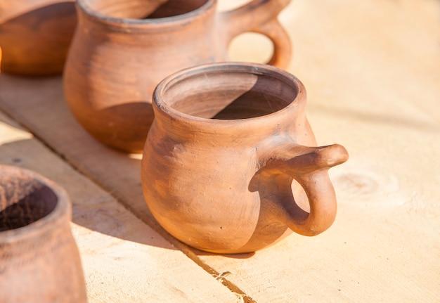 木の表面にヴィンテージの陶器。