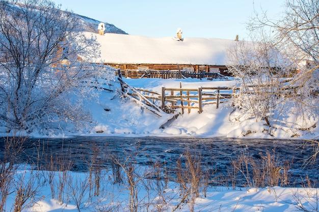 川と冬の農村風景