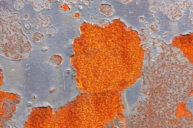 ひびの入ったペイントの背景を持つ古い金属表面