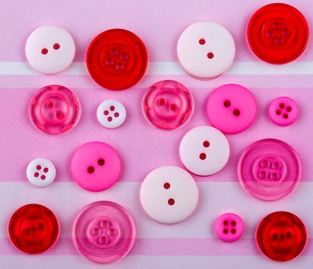 表面上のさまざまなサイズの色付きボタン
