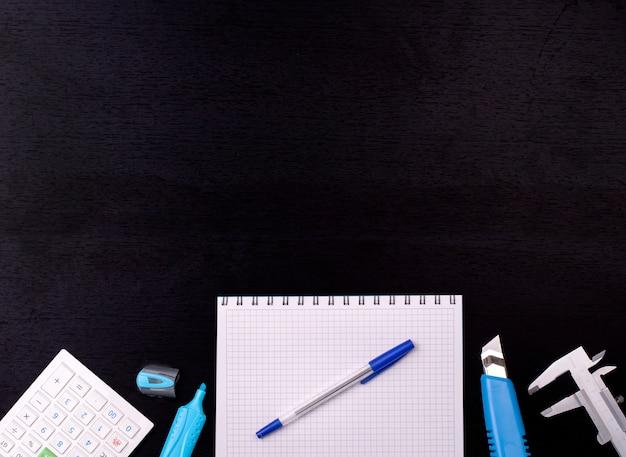 ブラックボードの背景に学用品。学校概念に戻る