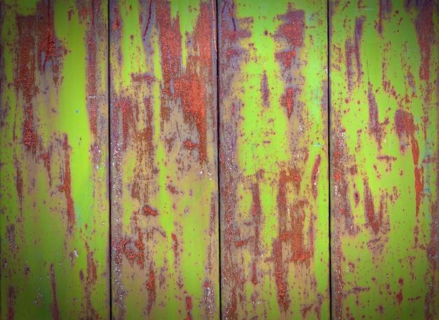 緑の古い塗装金属