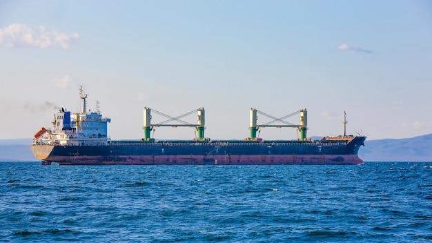 岸壁ウラジオストクを港にバルク貨物船