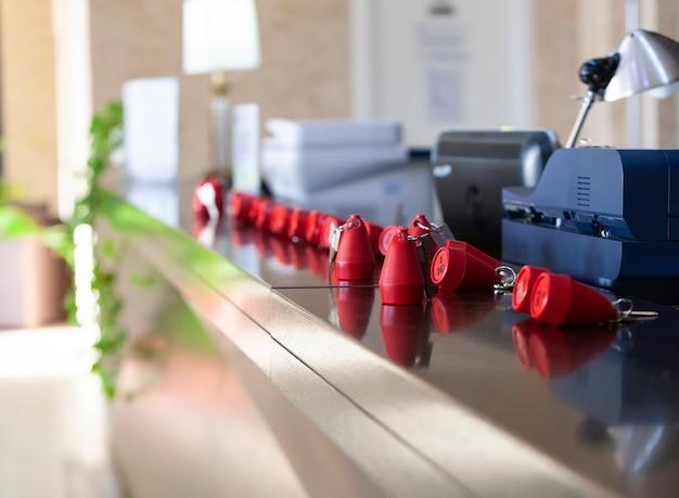 レセプション-机の上にあるホテルの鍵