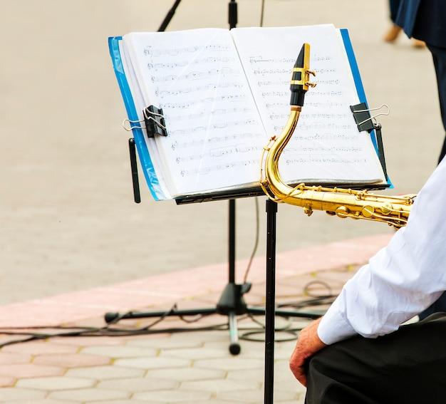 ミュージシャンが市のオーケストラでトランペットを弾く
