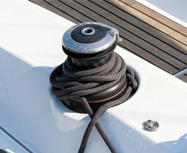 Черная длинная крепкая веревка на парусной лодке
