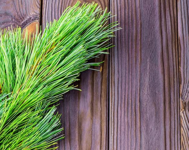 Ветки елки на деревянном фоне