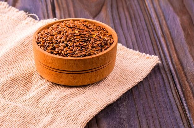 茶色の亜麻の種子または小鉢のリンシード