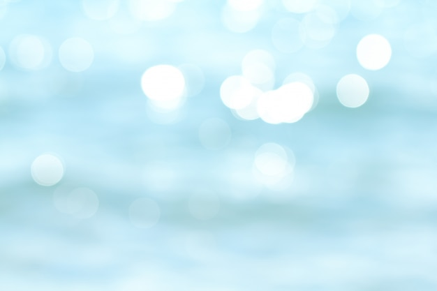 波の抽象的な背景にボケ日光と熱帯のビーチをぼかし