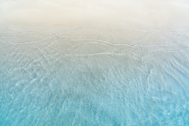 砂浜のビーチで青い海の柔らかい波
