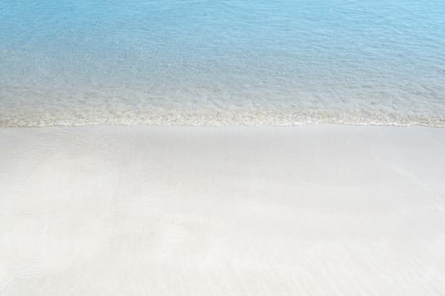 Мягкая волна голубого океана на песчаном пляже. летний фон.