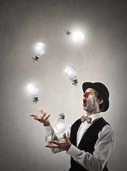 Клоун жонглирует лампочками