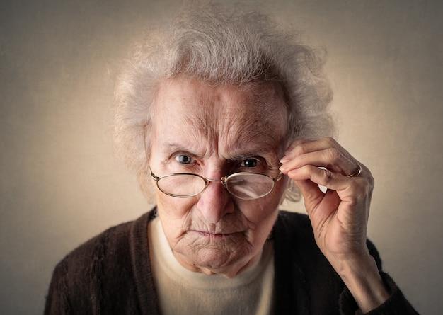 疑わしく見ている年配の女性