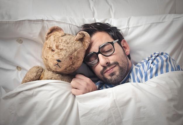 Спать с плюшевым мишкой