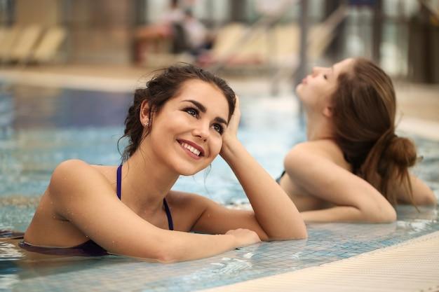 Наслаждаясь летним днем в бассейне