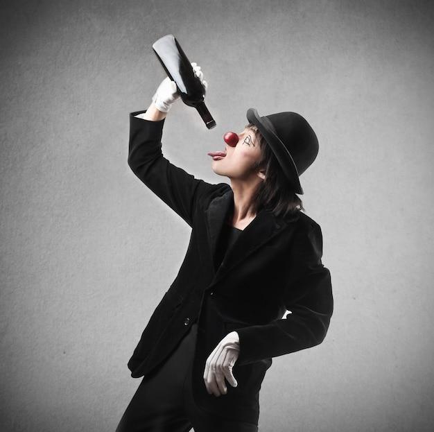 道化師のワインを飲む